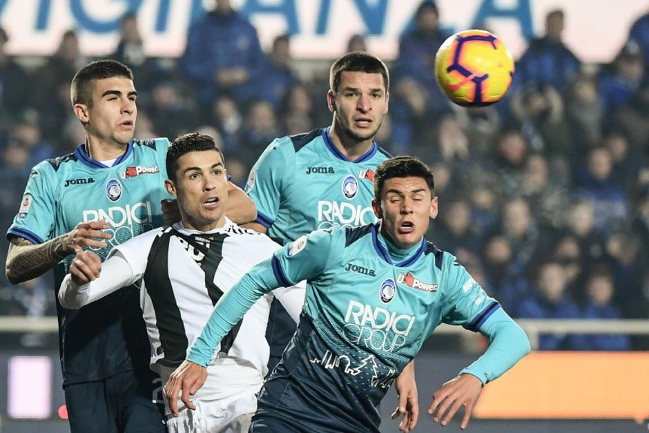 Auch mit vereinten Atalanta-Kräften war Juve-Stürmer Ronaldo nicht zu stoppen.