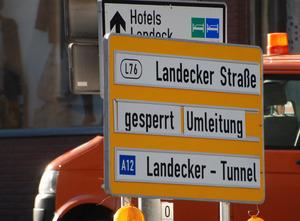 Die Hinweistafel zur Straßensperre befand sich in Landeck, in Zams gab es keine derartige Tafel.
