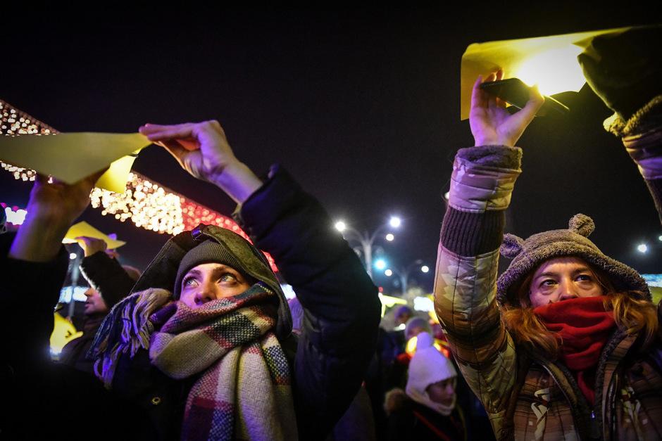 Aufruhr im eigenen Land: Demonstranten in Bukarest fordern zum Jahrestag der Revolution den Rücktritt der Regierung.