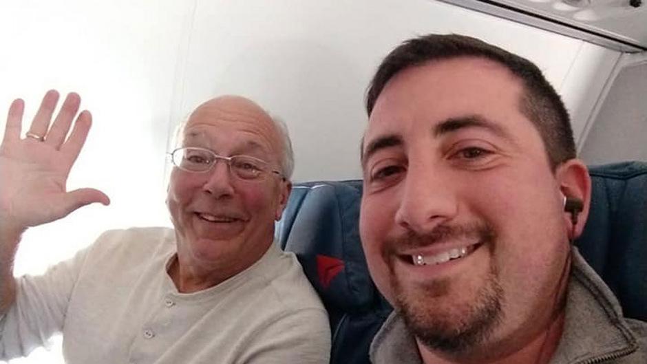 Hal Vaughan (l.) stieg in sechs Flugzeuge, um Weihnachten mit seiner Tochter verbringen zu können. Mike Levy (r.) teilte die Geschichte auf Facebook.
