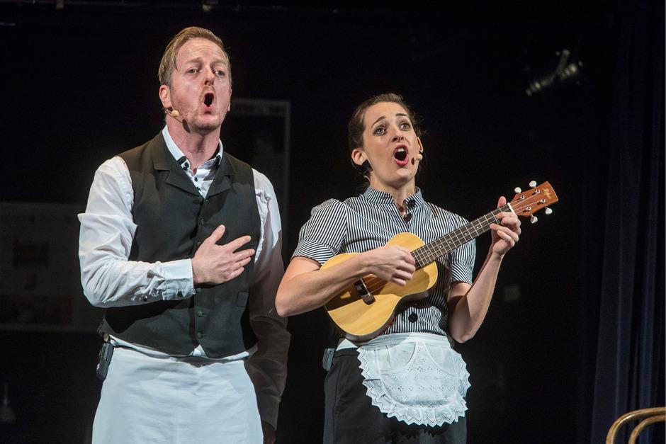 Im Kellnerlook servieren Markus Koschuh und Julie Haider ihre kabarettistische Jahresbilanz.