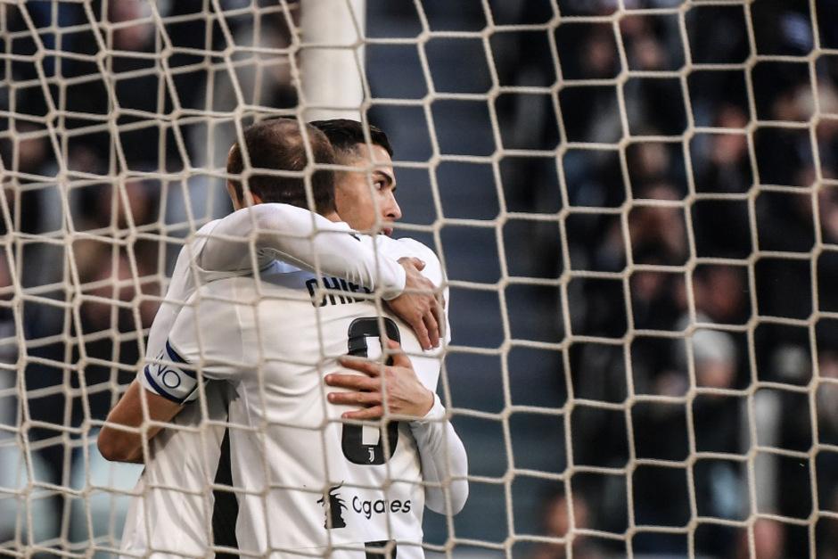 Ball und Doppeltorschütze im Netz: Cristiano Ronaldo hatte maßgeblichen Anteil am Juve-Sieg.