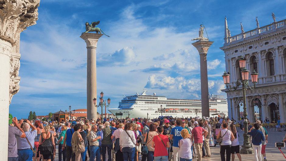 Venedig kämpft seit Jahren gegen den Touristenansturm und versucht immer wieder mit verschiedenen Strategien, die Massen in Schach zu halten.