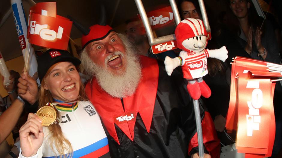 """Die Tiroler """"Quereinsteigerin"""" Laura Stigger sorgte für das heimische Highlight bei der Rad-WM im September in Tirol. Zwei Tage nach ihrem 18. Geburtstag beschenkte sich das Ötztaler Mountainbike-Talent mit dem WM-Titel im Juniorinnen-Rennen."""