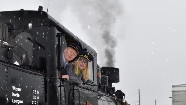 Einmal Lokführerin sein durfte Ministerin Margarete Schramböck im Silvesterdampfzug der Zillertalbahn.