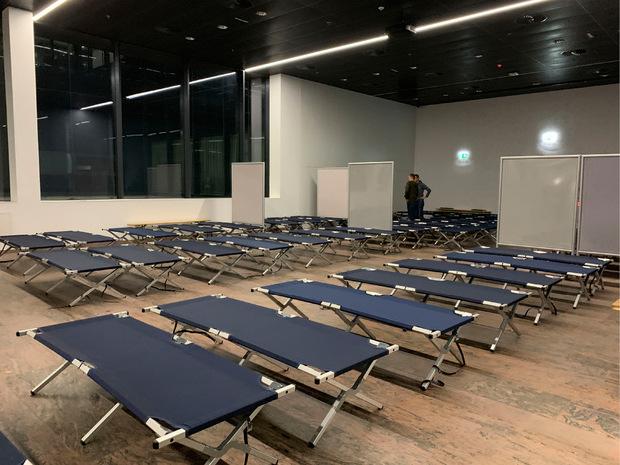 Am Flughafen versorgte das Rote Kreuz die Passagiere mit Decken und Feldbetten.