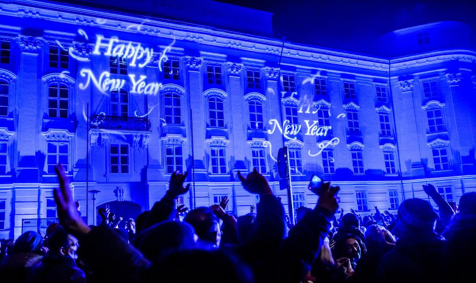 Friedlich feierten die Innsbrucker heuer vor dem neuen Haus der Musik ins Neue Jahr.