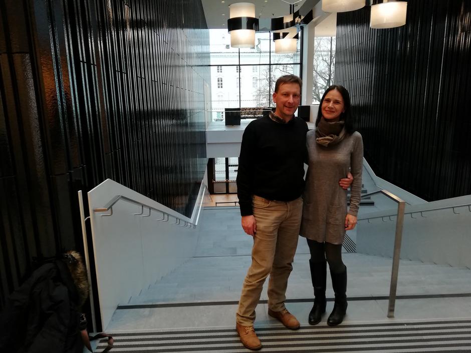 """Peter Margreiter (Obmann Tiroler Volksmusikverein) und seine Frau Sonja Steusloff-Margreiter (Projektleitung) im """"Haus der Musik""""."""