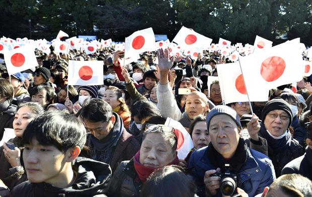 In einem Meer aus Nationalfähnchen blicken die Japaner noch einmal zu ihrem Monarchen auf.