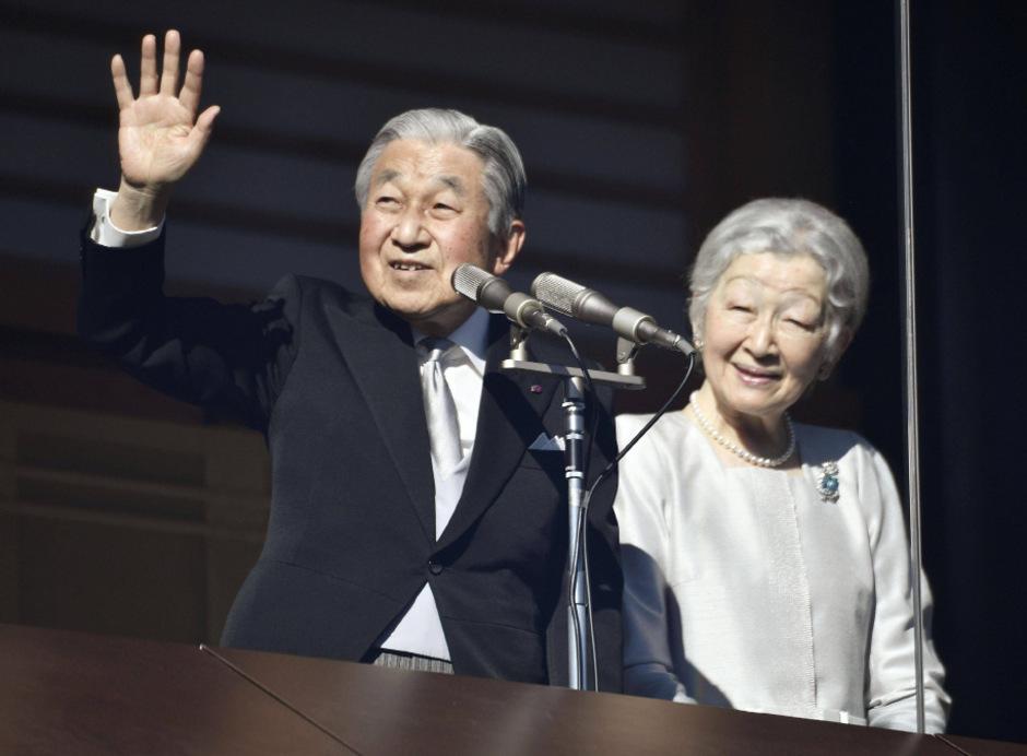 Bildergebnis für 7. Januar 1989 den Thron bestieg, setzt sich Kaiser Akihito zusammen mit seiner Gemahlin, Kaiserin Michiko