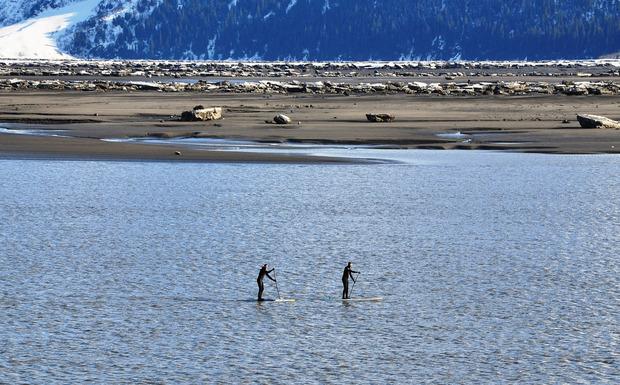 Inzwischen hat sich SUP auch zum Wintersport etabliert, wie hier in Alaska.