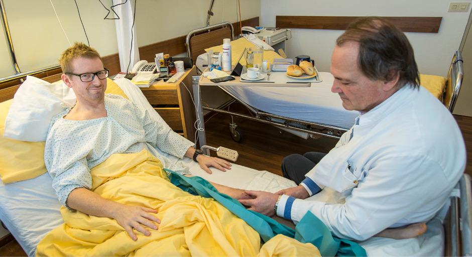 Unfallchirurg Karl-Peter Benedetto begutachtet das partiell transplantierte Knie von Giles Corbin.