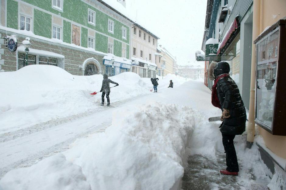 Laut Straßenverkehrsordnung haben Anrainer Gehsteige zu räumen. Ein Winterdienst durch die Gemeinde kann zu Mithaftung führen.