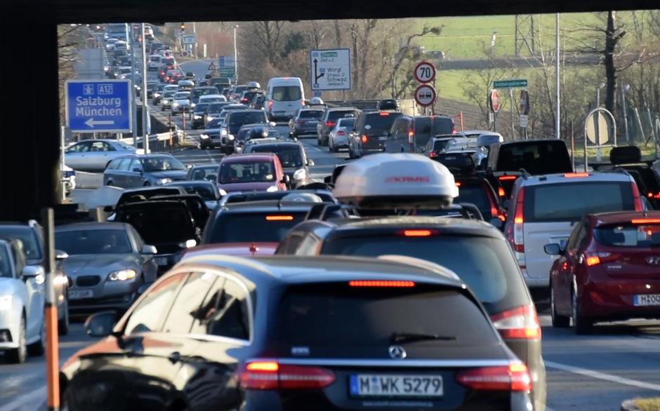 Blick vom Kreisverkehr bei der A12 in Wiesing Richtung Zillertal am vergangenen Samstag. Auch morgen ist wieder mit Staus zu rechnen.