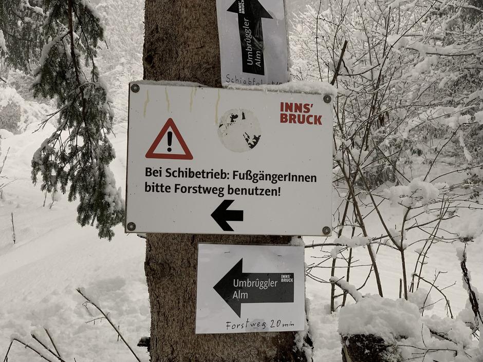 Das Forstamt versucht über Beschilderung Nutzungskonflikte zwischen verschiedenen Wintersportlern zu verhindern.
