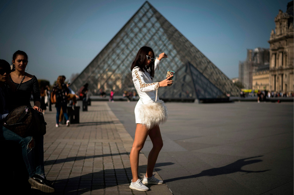 Selfie vor dem Pariser Louvre.