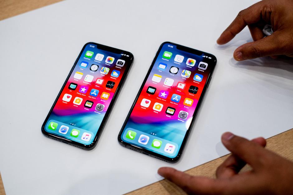 Ein  iPhone Xs (l.) und ein iPhone Xs Max von Apple.