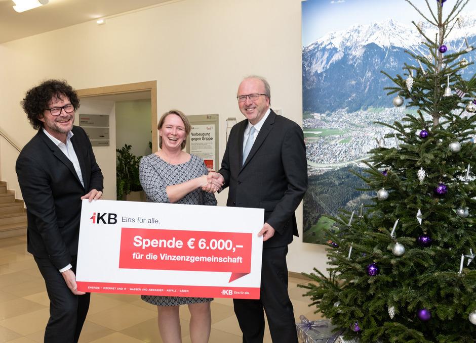 Die IKB-Vorstände Helmuth Müller (r.) und Thomas Pühringer überreichten die Spende an Karoline Knitel (Vinzenzgemeinschaften).