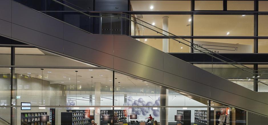 """Die Freitreppe zum """"Lesedeck"""" durchkreuzt das raumhohe Schaufenster der neuen Innsbrucker Stadtbibliothek."""
