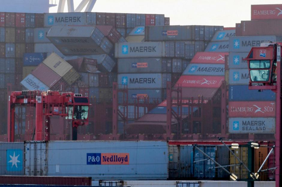 Ein Frachter hatte in der Nacht auf Mittwoch rund 270 Container in stürmischer See verloren.