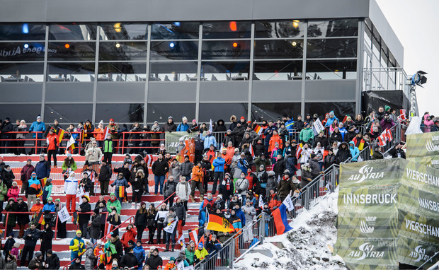 In der Qualifikation stimmten sich 4200 Zuschauer auf das Bergiselspringen am Freitag ein.