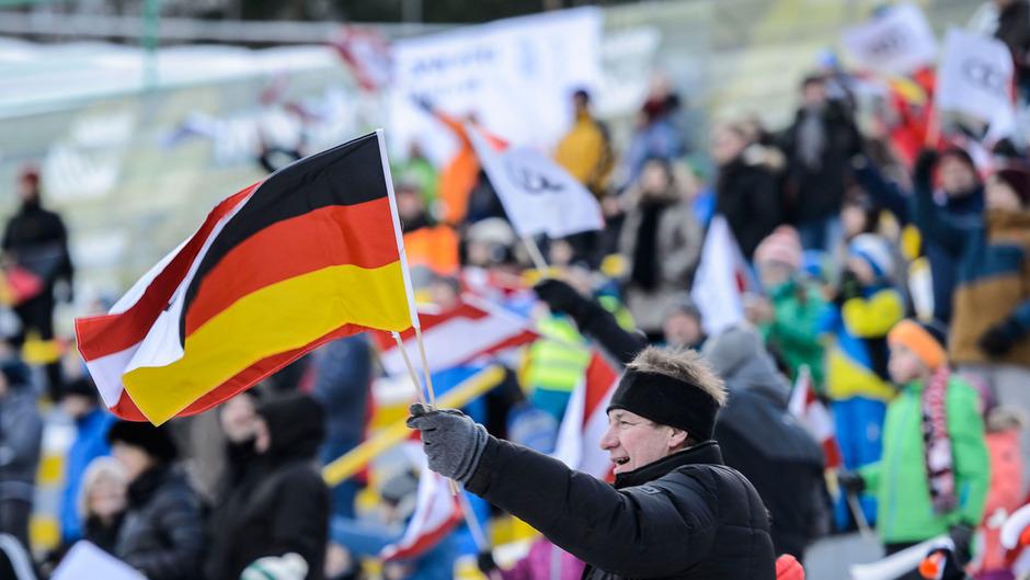 Angeführt von der deutschen Fangemeinde werden am Freitag bis zu 18.000 Zuschauer am Bergisel erwartet. Anders als beim Starkregen im Vorjahr sollen Wind und Wetter trotz Neuschnee kein Problem sein.