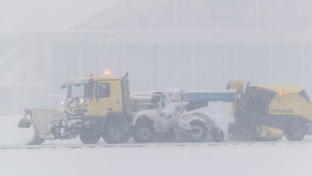 Die Schneeräumfahrzeuge am Flughafen Innsbruck standen am Samstag im Dauereinsatz.