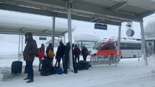 Auch im Bahnverkehr war am Sonntag Geduld gefragt, etwa in Hochfilzen.