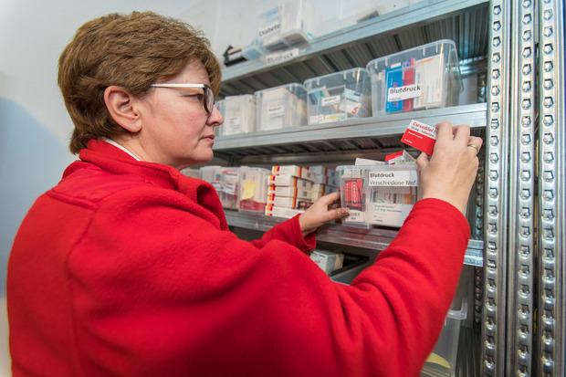 """""""Wir sind gut mit anderen sozialen Einrichtungen vernetzt"""", erklärt Veronika Schneider, die Organisatorische Leiterin von medcare. Auch Apotheken spenden Medikamente."""