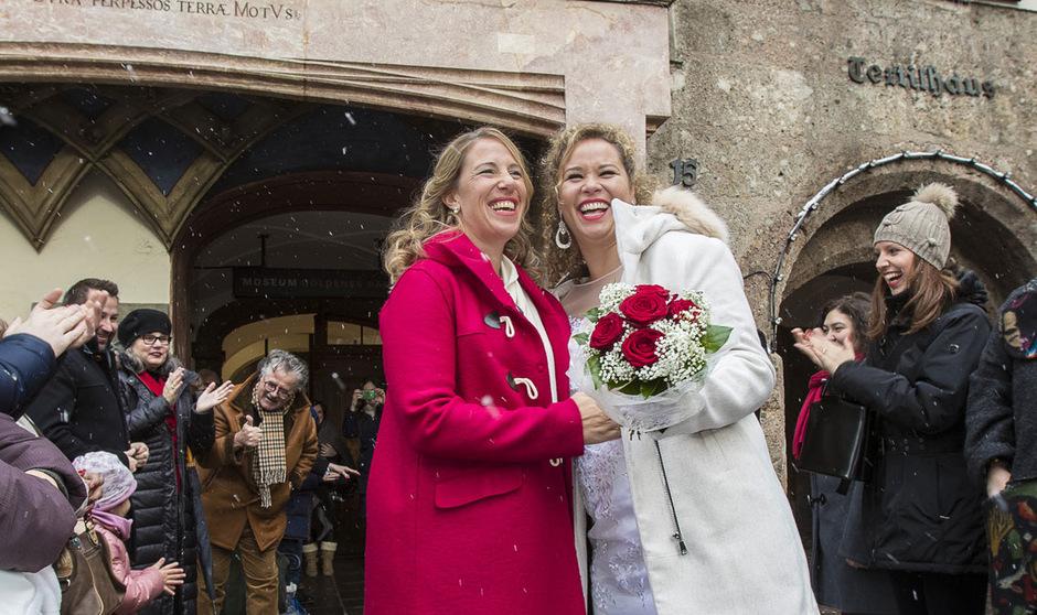 Ex-Volleyballprofi Sara Montagnolli (links, mit rotem Mantel) und ihre Frau Keny Minuti Marena waren nach der Trauung überglücklich.
