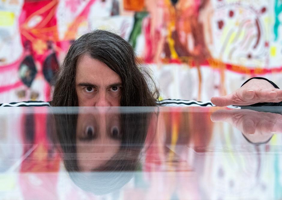 Noch bis 3. März kann sich der Besucher in der Münchner Pinakothek der Moderne die Frage stellen: Hat Jonathan Meese eine Zukunft oder bleibt er Kind der Neunziger?
