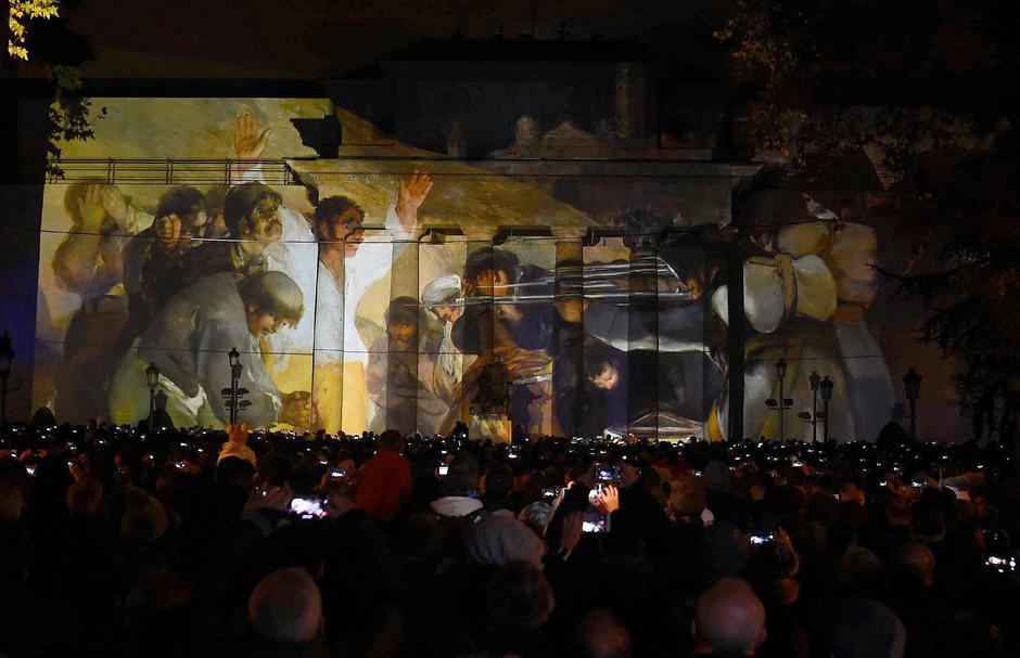 "Die ""La Fura dels Baus theatre company"" performt vor dem Prado vor einer Goya-Projektion."