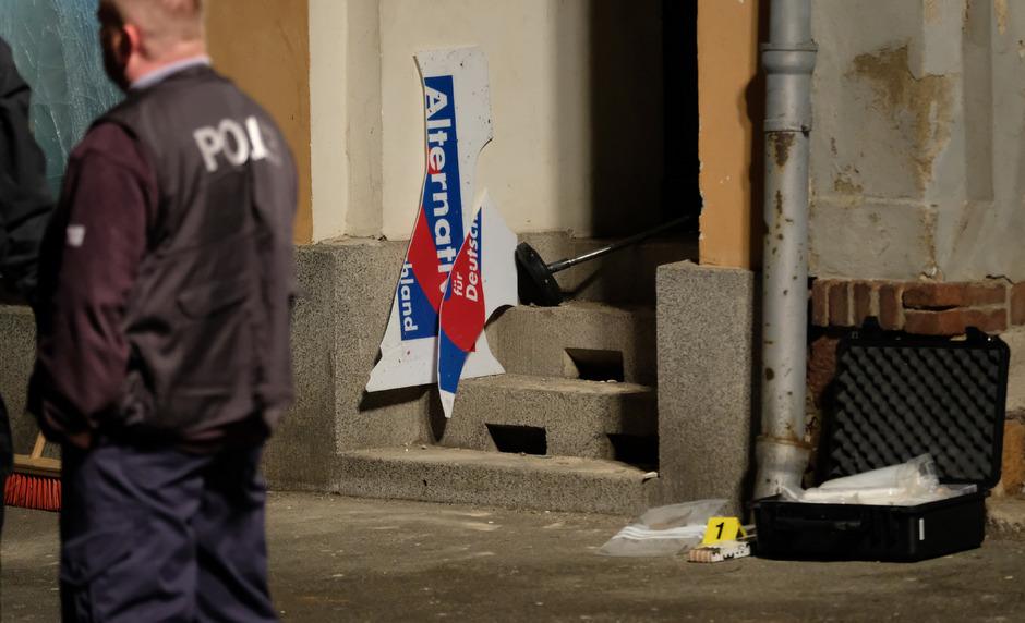Durch die Explosion vor dem AfD-Büro in Döbeln entstanden erhebliche Schäden an der Tür und an der Fensterscheibe.