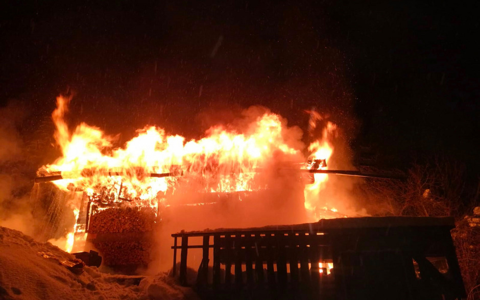 Eine Almhütte in Aschau im Zillertal wurde ein Raub der Flammen.