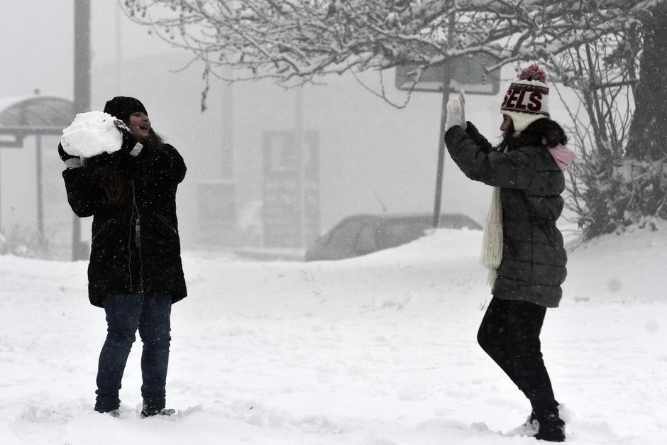 40 Kilometer nördlich von Thessaloniki liegt genug Schnee für eine Schneeballschlacht.
