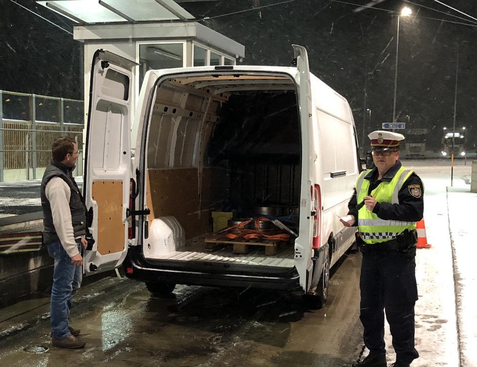 Polizeiliche Kontrolle eines Kleinlasters an der Kontrollstelle Radfeld.