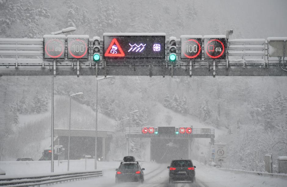 Winterliche Straßenverhältnisse am Samstag in ganz Österreich.