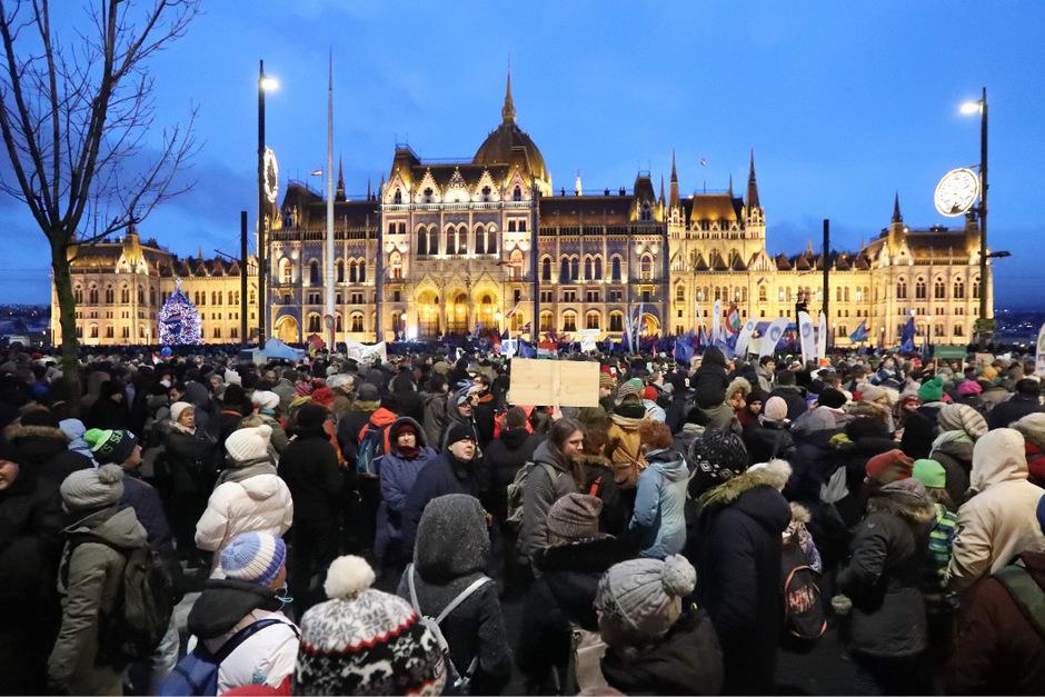 """Bei Schneeregen zog die Menge mit Slogans wie """"Wir protestieren gegen das Sklavengesetz"""", """"Generalstreik"""" und """"Stop Orban"""" zum Parlamentsgebäude."""