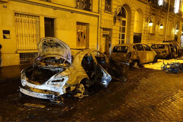 Demonstranten haben erneut Autos angezündet.