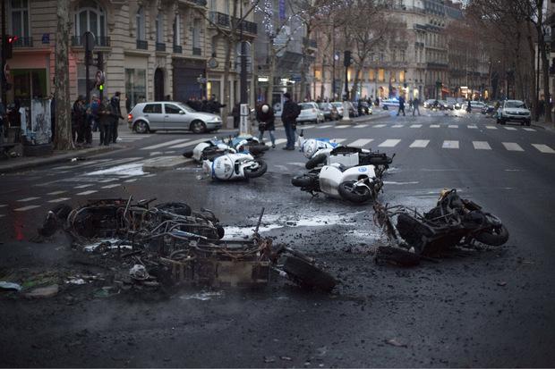 Auch vor den Mopeds der Polizei machten die gewaltbereiten Demonstranten nicht Halt.