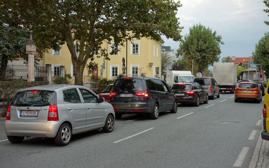 Lange Autokolonnen Richtung Autobahnauffahrt Hall-Mitte – wie auch in der Gegenrichtung sowie entlang der Nord-Süd-Achse – sind in Hall ein alltägliches Bild.