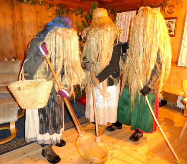 Im Alpbacher Zottenhof kehrten die Perchten traditionsgemäß mit einem Besen das Unglück aus dem Haus und das Glück hinein.
