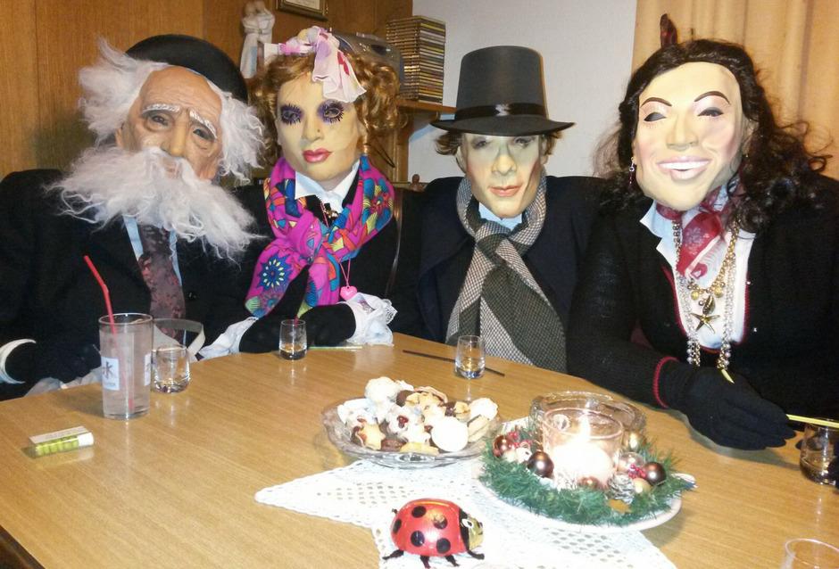 Die Perchten, die im Zillertal abends von Haus zu Haus gezogen sind, erhalten für ihren Neujahrswunsch in der Regel ein Schnapserl.