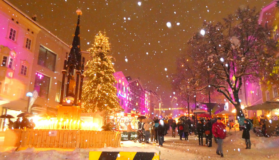 Der Untere Stadtplatz in Kufstein wurde am Vorabend des Dreikönigstages zu einem Lichtermeer.