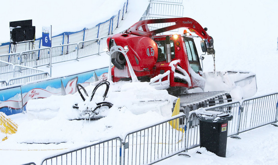 Die Pistenarbeiter von St. Anton haben nach den Schneefällen derv ergangenen Tage alle Hände voll zu tun.