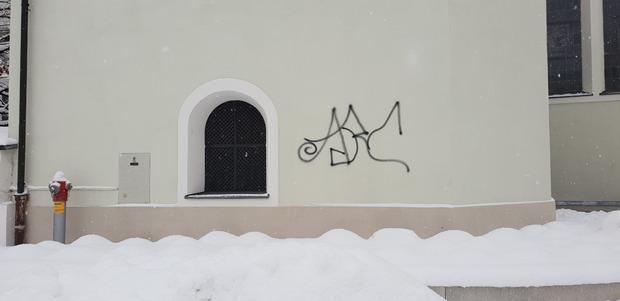 Nun verschandelten Vandalen die Wand an der Taufkapelle.