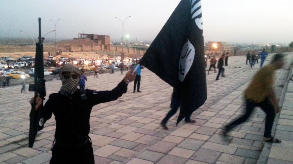 Ein IS-Kämpfer in den Straßen von Mossul. (Archivbild).