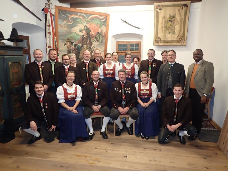 Der neu gewählte Vorstand mit BM Martin Krumschnabel (3.?v.?r.) und Priester Domèbèimwin Vivien Somda (r).