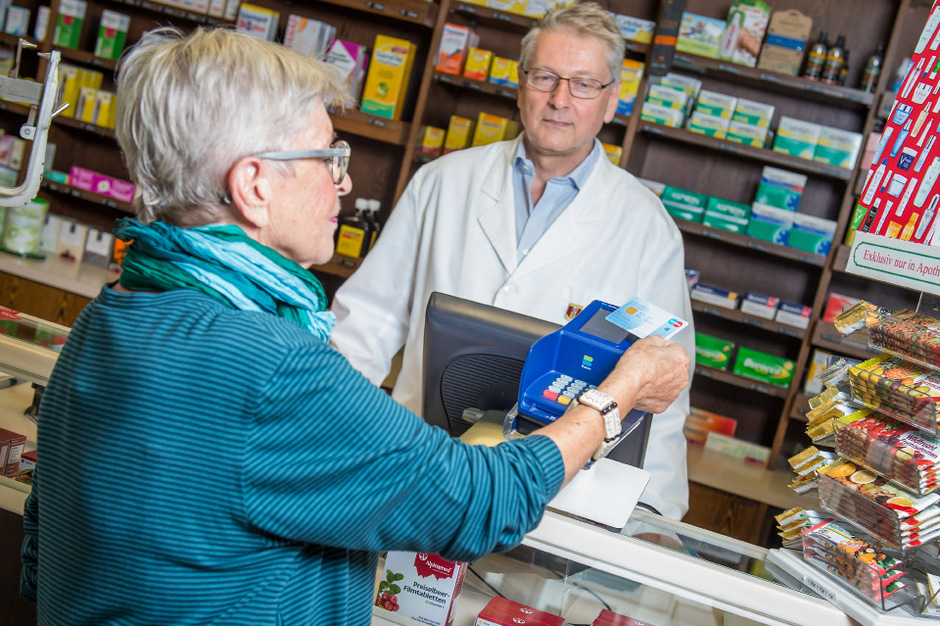Eine Frau bezahlt kontaktlos mit Bankomatkarte. (Symbolfoto)