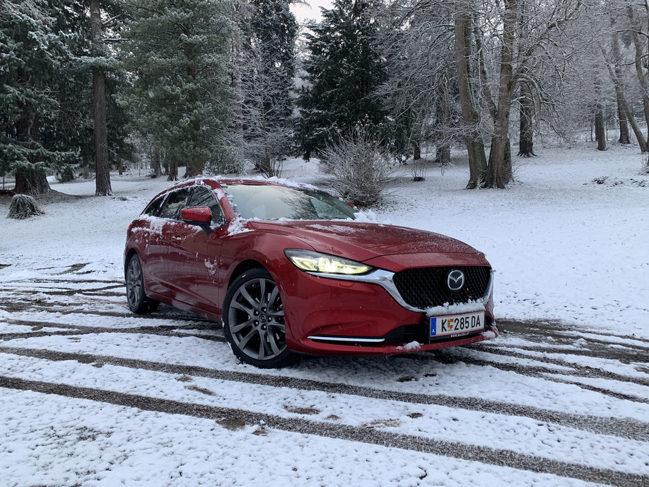 Dank seiner gutmütigen Abstimmung und seines Allradantriebs lässt sich der Mazda 6 Kombi auch bei widrigen Verhältnissen nicht aus dem Konzept bringen.